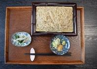 「和味」の「せいろそば」。そばは、挽きたて、打ちたて、ゆでたてを提供するために一日50食分のみ打つ。うち1食は店主が食べて店内の「採点表」に店数を記入。客に提供するのは49食だ=埼玉県秩父市荒川日野の「和味」で、近藤浩之撮影