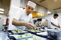 インドの日本大使公邸で招宴の準備をするタイ人の料理人、スポット・カドペットさん。賓客をもてなすスポットさんの本格的な日本料理が日本外交を支える=ニューデリーで、松井聡撮影