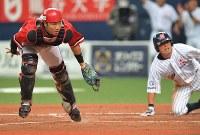 【三菱重工名古屋―東芝】三回表三菱重工名古屋1死二、三塁、西田の打球が一塁手・金子の本塁悪送球となり、三塁走者・馬場(右)が生還=京セラドーム大阪で2018年11月11日、山崎一輝撮影