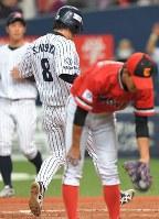 【三菱重工名古屋―東芝】三回表三菱重工名古屋1死二、三塁、西田の打球が一塁手・金子の本塁悪送球となり、二塁走者・吉田承も生還。手前はベースカバーの投手・岡本=京セラドーム大阪で2018年11月11日、山崎一輝撮影