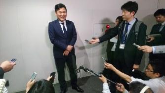 認定書を受け取り報道陣を前に笑顔を見せる楽天の三木谷会長兼社長(2018年4月9日、袴田貴行撮影)