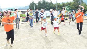 笑顔で踊る大人と子ども。元気に体を動かせるのも脳や神経のおかげだ