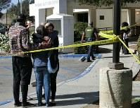 犠牲者と家族らの面会所で抱き合って涙を流す人々=米ロサンゼルス近郊サウザンドオークスで2018年11月8日、長野宏美撮影