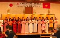 合唱を披露するベトナムからの訪日団メンバー