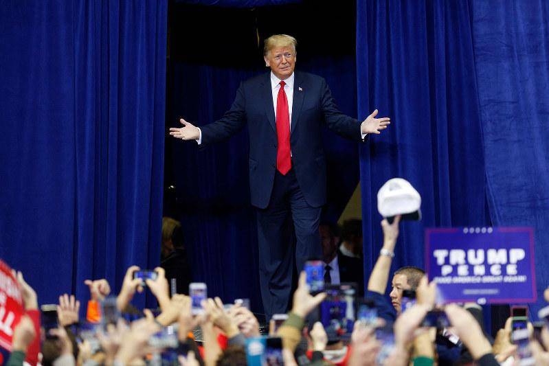 トランプ大統領が打ち出した中間層向け減税は共和党内からも反対が Bloomberg