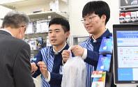 ローソン店舗の貴重な戦力となっているソンさん(右)=東京都新宿区で、丸山博撮影