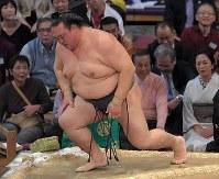 【大相撲九州場所3日目】北勝富士に突き落としで敗れ、初日から3連敗となり、力なく立ち上がる稀勢の里=福岡国際センターで2018年11月13日、徳野仁子撮影