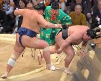 【大相撲九州場所3日目】栃煌山(左)がすくい投げで豪栄道を破る=福岡国際センターで2018年11月13日、徳野仁子撮影