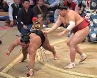【大相撲九州場所3日目】阿炎(右)が上手投げで松鳳山を降す=福岡国際センターで2018年11月13日、徳野仁子撮影