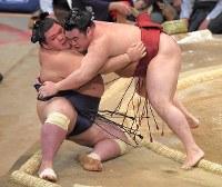 【大相撲九州場所3日目】隆の勝(右)が寄り倒しで阿武咲を破る=福岡国際センターで2018年11月13日、徳野仁子撮影