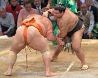 【大相撲九州場所3日目】高安(右)がはたき込みで魁聖を降す=福岡国際センターで2018年11月13日、徳野仁子撮影