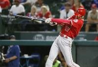 米大リーグの新人王が日本時間13日に発表され、ア・リーグは投打の「二刀流」でプレーしたエンゼルスの大谷翔平が選ばれた。写真は9月5日テキサス・レンジャーズ戦で本塁打を放つ大谷=2018年9月21日、AP