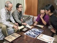 手紙を手渡した大学生の後藤さん(右)と遺族の小亀さん(左から2人目)=札幌市西区で、安達恒太郎撮影