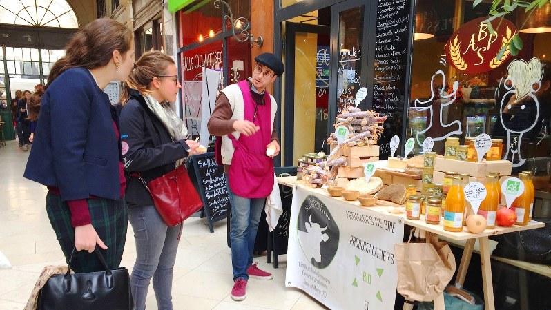 通行人にビオ食品の試食を勧める農家の男性。パリ近郊から出張販売に来ていた=パリ市内で筆者撮影