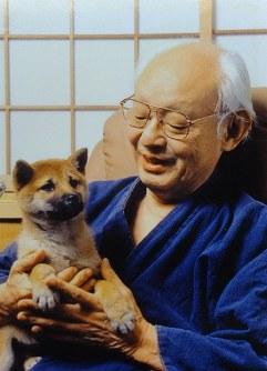 愛犬を抱く、ありし日の戸川幸夫=遺族提供