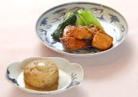 だしがよく染み込んだ「ひろうすの炊いたん」(手前)。和がらしは味のアクセントに。奥は「ブリとサーモンの照り焼き」=梅田麻衣子撮影