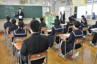 In this May 1, 2018 file photo, students at Tsunoga Junior High School wait for the start of a trial run of a four-part English skills test, in Tsuruga, Fukui Prefecture. (Mainichi/Haruyuki Omori)