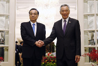 China's Premier Li Keqiang, left, meets with Singapore's Prime Minister Lee Hsien Loong at the Istana or presidential building in Singapore, on Nov. 12, 2018. (Feline Lim/Pool Photo via AP)