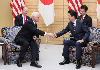 Japanese Prime Minister Shinzo Abe, right, shakes hands with U.S. Vice President Mike Pence at the prime minister's office in Tokyo's Chiyoda Ward, on Nov. 13, 2018. (Mainichi/Junichi Sasaki)