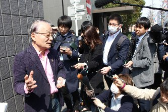 スルガ銀行との面談内容を説明する「被害弁護団」の河合弘之弁護士(左)=沼津市のスルガ銀行本店別館前で2018年3月15日、石川宏撮影