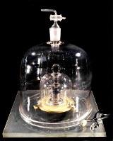 国際キログラム原器(ガラスケースの中の円筒状の金属)=国際度量衡局提供