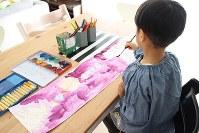 「お絵描きで心を充電している」と母親。自宅には多くの画材が用意され、HSCの息子はお絵描きを楽しむ日々を送る=母親提供