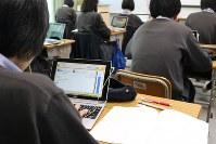 一人一人に適した課題が出されるIT教材で英語の授業を受ける生徒たち=東京都杉並区の東京立正中学・高等学校で