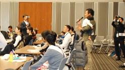 子どもを連れてシンポジウムに参加し、積極的に発言する父親=東京都千代田区で2018年10月31日、鈴木敬子撮影