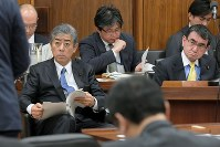 Defense Minister Takeshi Iwaya, left in the front row, and Foreign Minister Taro Kono, right in the front row, listen as a legislator asks them questions during a House of Representatives Security Committee session on Nov. 13, 2018. (Mainichi/Masahiro Kawata)