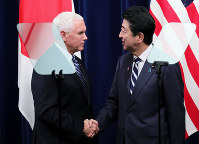 Prime Minister Shinzo Abe, right, shakes hands with visiting U.S. Vice President Mike Pence at the prime minister's office after a joint news conference on Nov. 13, 2018. (Mainichi/Junichi Sasaki)