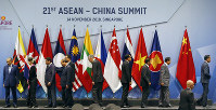 Chinese Premier Li Keqiang, fifth from left, and ASEAN leaders leave the stage following a brief group photo at the start of the ASEAN Plus China Summit in the ongoing 33rd ASEAN Summit and Related Summits, in Singapore, on Nov. 14, 2018. (AP Photo/Bullit Marquez)