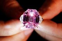 11月13日、競売会社クリスティーズは、18.96カラットのピンクダイヤモンド「ピンク・レガシー」の競売を行い、米国を拠点に世界的な宝飾品ブランドを展開するハリー・ウィンストン社が5037万5000スイスフラン(約57億円)で落札したと明らかにした。写真は8日撮影(2018年 ロイター/Denis Balibouse)