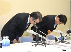 「機関投資家の行動規範」が威力を発揮し始めた(今年5月の会見で不祥事について謝罪をするスルガ銀行の米山明広社長(左、当時)