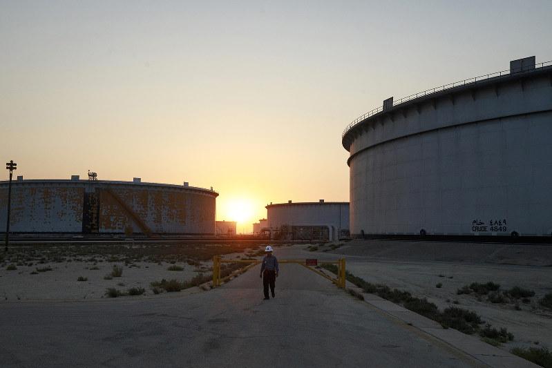 サウジアラビアの国営石油会社「サウジアラムコ」の原油貯蔵タンク(Bloomberg)