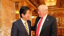 トランプ米大統領の私室がある米ニューヨークのトランプタワーで談笑する安倍晋三首相(左)とトランプ氏=2018年9月23日(内閣広報室提供)