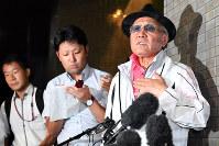 取材に応じる日本ボクシング連盟の山根明前会長(右)=大阪市淀川区で8月7日、小松雄介撮影