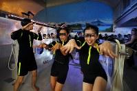 昭和8年創業の銭湯「小杉湯」で行われたコンテンポラリーダンスの公演。小杉湯では昭和レトロな浴室内で音楽ライブやアートイベントなどが不定期に行われている=東京都杉並区で2018年10月25日、長谷川直亮撮影