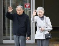 北海道胆振東部地震の被災者らを見舞うため、施設に到着された天皇、皇后両陛下=北海道厚真町の総合ケアセンターゆくりで2018年11月15日午後1時1分(代表撮影)