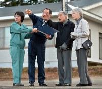 宮坂尚市朗厚真町長(左から2人目)の案内で吉野地区の被災状況を視察される天皇、皇后両陛下=北海道厚真町で2018年11月15日午後1時53分(代表撮影)