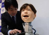 多彩な表情を作り出すことができる子供型ロボット「アフェット」=大阪府吹田市の大阪大で2018年11月14日、久保玲撮影