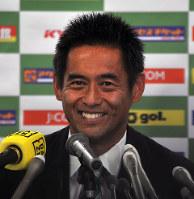 引退記者会見で笑顔を見せる元サッカー日本代表GKの川口=相模原市役所で2018年11月14日午後3時10分、大島祥平撮影