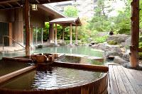日本庭園に囲まれ、四季を楽しめる温泉旅館、三朝館の露天風呂=三朝温泉旅館協同組合提供