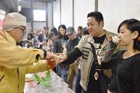 松浦酒造が手がけた酒の試飲を楽しむ人々=徳島県鳴門市大麻町池谷の本家松浦酒造場で、岩本桜撮影