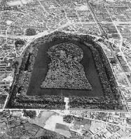 広大な敷地を持つ大山古墳。周辺にはまだ田畑が見えるが、住宅地が迫ってきている=1962年3月撮影