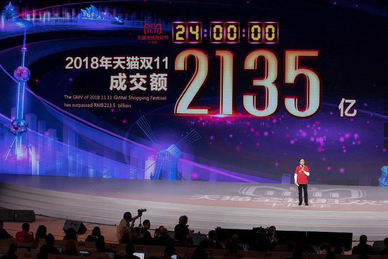 中国の「独身の日」(11月11日)のセールで、アリババグループの売上高は2135億元に達し、スクリーンで祝った(Bloomberg)