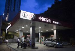 石油消費大国になった中国は独自の原油指標を打ち出した(中国石化〈シノペック〉のガソリンスタンド)(Bloomberg)