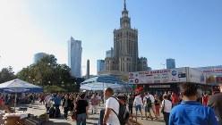 地下化されたワルシャワ中央駅上の広場。スターリン建築と民主化後のビルが林立する(写真は筆者撮影)