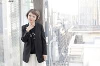 「3人の子育てを楽しんだ。これからはすてきに生きたい」=東京都中央区の「銀座エスキス」で、尾籠章裕撮影