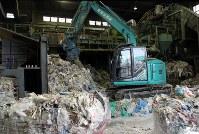 回収先から運ばれてきた廃棄物を選別、破砕した後、梱包してリサイクル業者などに運ぶ=東京都大田区京浜島の東港金属で2018年11月6日、岡礼子撮影