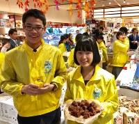 特産のユズを使ったパウンドケーキやアロマキャンドルなどを販売する楢葉中の生徒たち=2018年11月15日午前10時37分、尾崎修二撮影